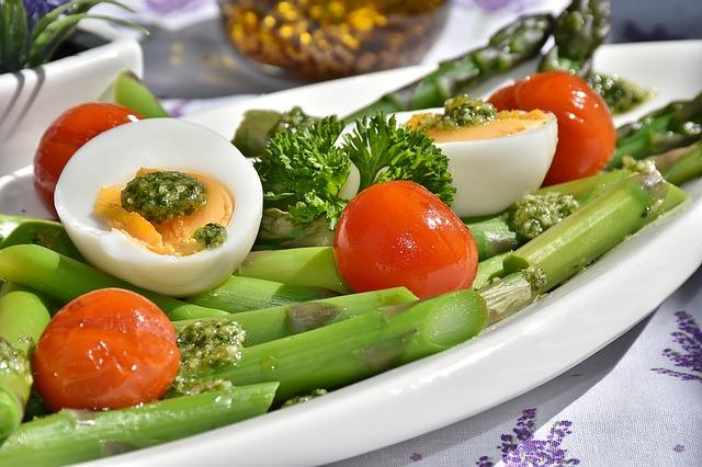 vajíčka, chřest, rajčata