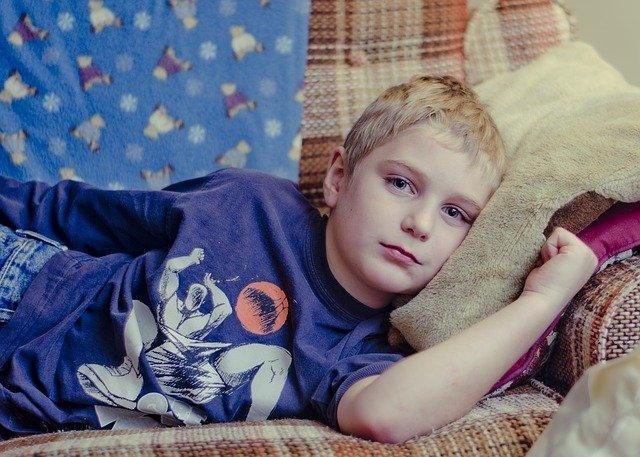 kluk na gauči.jpg
