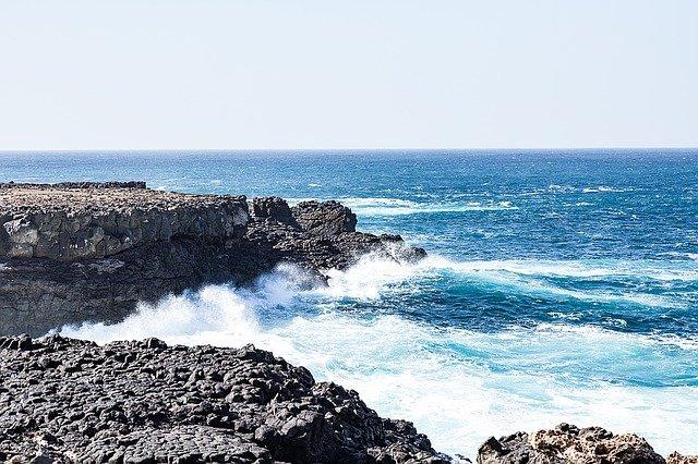 vlny u útesu
