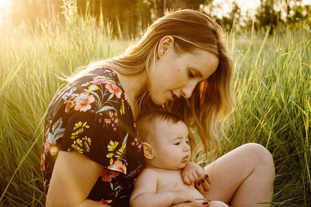 dítě s matkou na poli