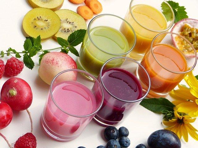 barevné ovocné džusy