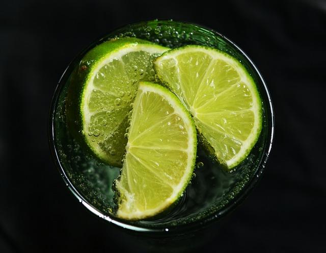 limeta sklenice vody