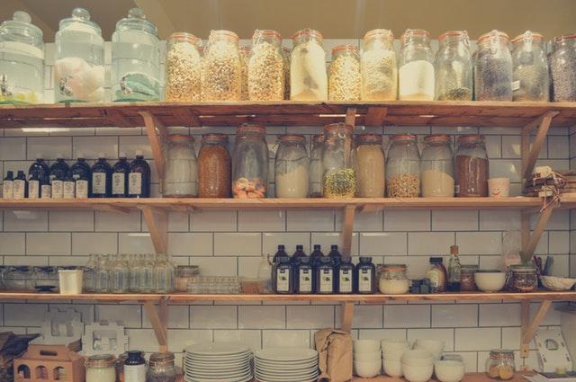 koření a suroviny na poličkách