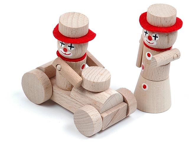 Dřevěné hračky na provázku jsou pořád žádané