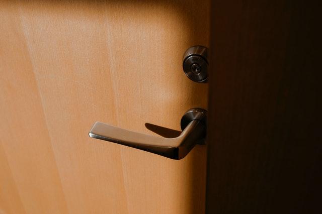 dveře od bytu, klika